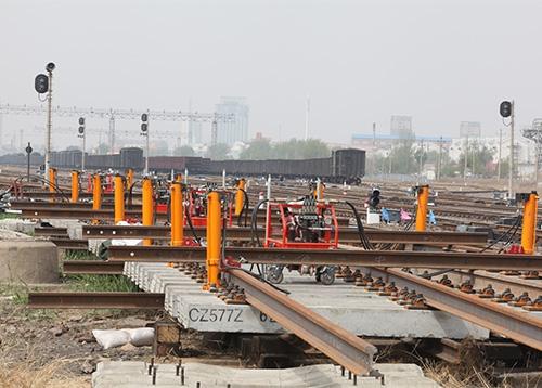 哈尔滨铁路局海拉尔站道岔铺换现场